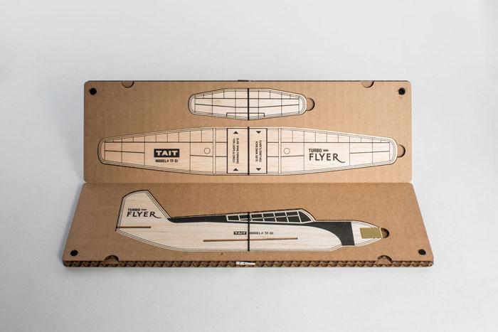 这是一个有魅力的折纸飞机模型硬纸板包装设计项目,根据艺术家以及设计师Ferndale,MIlaunchedTurboFlyer推出的这个涡轮飞机设计的经典包装,不仅可以完美的保护好产品的组织结构,也展示了包装内容物的具体形态,具有操作上的指导性。